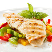 Grilled turkey fillet and vegetables — Stock Photo