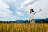 Jeune fille tenant les bras contre le ciel bleu — Photo