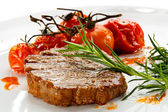 Steak grillé et frites toamtoes — Photo
