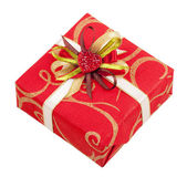 Bella scatola rossa con nastro e cuore per regali isolato su pentecoste — Foto Stock