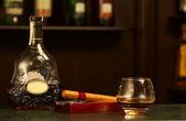 Bouteille de cognac classique, cigare — Photo