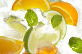 Mint blad en snijd citrus in ijs — Stockfoto