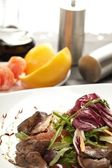 Beef with grapefruit and rucola salad — Stock Photo