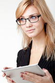 Businesswoman with electronic pad — Stockfoto