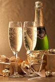 Champanhe e presente — Foto Stock