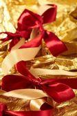 Cintas de raso sobre el fondo de oro — Foto de Stock