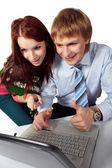 ノート パソコンを見て若いカップル — ストック写真