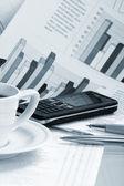 šálek na kávu na ranní papíru obchodní zprávy — Stock fotografie