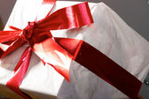 Cadeau avec bandes rouge et archets — Photo