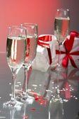 香槟、 礼品与红色磁带和弓的眼镜 — 图库照片