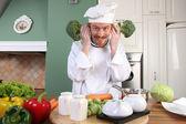 Engraçado jovem chef com brócolis — Fotografia Stock