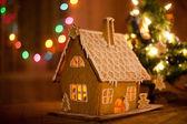 Lebkuchenhaus mit lichtern innerhalb — Stockfoto