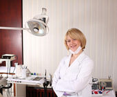Female dentist posing in ordination office — Stock Photo