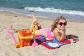 красота маленькая девочка на пляже — Стоковое фото