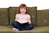 Gelukkig meisje het lezen van een boek — Stockfoto