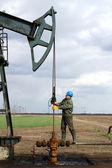 Oil worker standing at pipeline — Stock fotografie