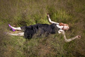 Dziewczyna leży w trawie — Zdjęcie stockowe