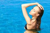 чувственный женщина в бассейне — Стоковое фото
