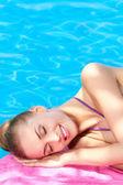 Hermosa mujer tendida cerca de piscina — Foto de Stock