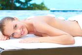 Mooie vrouw liggend op spa bed op buiten — Stockfoto