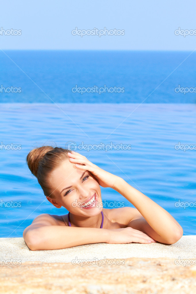 Close up of cute girl in infinity pool with copy space — Stock Photo #10008000