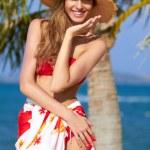 红色比基尼在海滩上构成的快乐女孩 — 图库照片