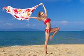 热带海滩上围巾的幸福年轻女人 — 图库照片