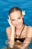 Tropikal güzellik gülümseyen — Stok fotoğraf