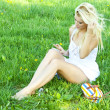Woman outdoors texting on her mobile phone - Foto de Stock  