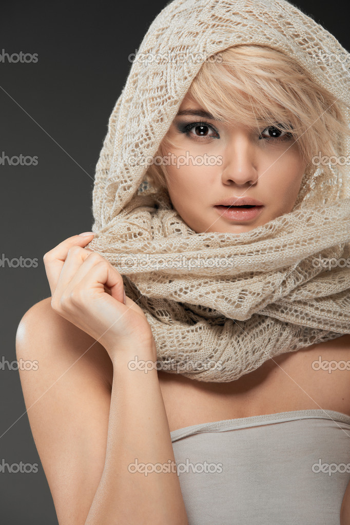 Young woman portrait. Closeup beauty studio shoot. Healthy clean skin and perfect makeup on beautiful face of white model with short blonde hair. Beautiful girl — Stock Photo #8736145