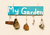 Old gardening tools as decoration — Stockfoto