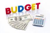 Mots de budget, les billets de banque américains et les calculatrice — Photo