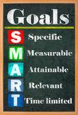 Smarta mål inställning färgglada bokstäver på grungy blackboard — Stockfoto
