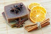 El yapımı sabun ile portakal ve tarçın çubukları — Stok fotoğraf