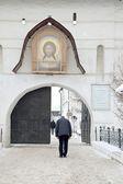 Wejście do klasztoru. łuk — Zdjęcie stockowe