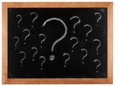 Signos de interrogación en pizarra — Foto de Stock