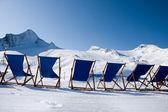 шезлонги напротив лыжного склона — Стоковое фото