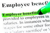Mitarbeiter vorteile definition hervorgehoben durch grüne markierung auf weiß — Stockfoto
