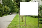пустой рекламный щит в парке — Стоковое фото