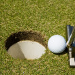 Putting golf ball — 图库照片