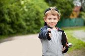 男の子の屋外のサインを親指を表示 — ストック写真