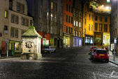 Historic buildings and drinking fountain on Victoria St. Edinbur — Stock Photo