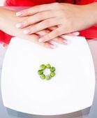 žena jíst hrášek — Stock fotografie