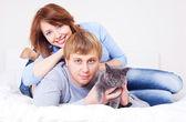 Couple with a cat — Zdjęcie stockowe
