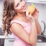 femme en train de manger un sandwich — Photo #9065972