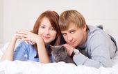 Paar mit einer katze — Stockfoto