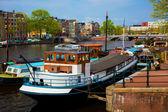 Canal de ciudad vieja amsterdam, barcos. — Foto de Stock
