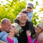 amigos de la familia divirtiéndose, jugando, sonriendo al aire libre — Foto de Stock