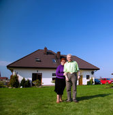 Senior couple in front of the house — Foto de Stock
