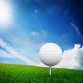 Golfen. bal op tee op groene golf veld — Stockfoto